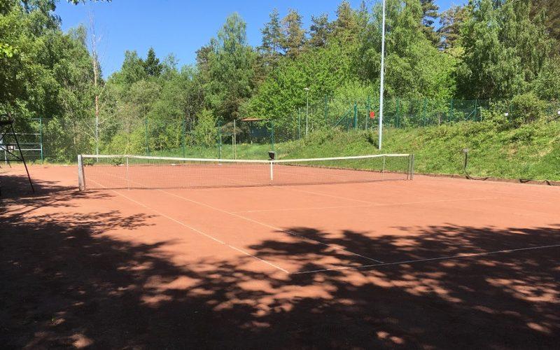 Nu är tennisbanan i Tenhult öppen för spel…!